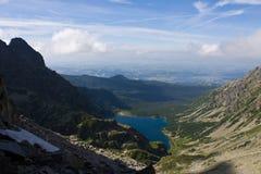 Het ijzige meer van de berg stock afbeeldingen