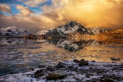 Het Ijzige meer van het de winterlandschap royalty-vrije stock foto