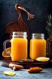 Het immune opvoeren, anti ontstekingssmoothie met sinaasappel, ananas, kurkuma Het sapdrank van de Detoxochtend stock fotografie