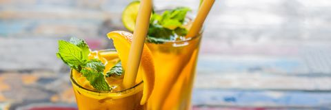 Het immune opvoeren, anti ontstekingssmoothie met sinaasappel en kurkuma Het sapdrank van de Detoxochtend, schone het eten BANNER stock fotografie