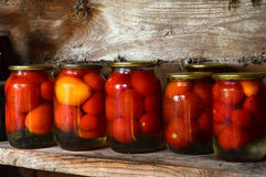 Het inblikken van het huis Groenten in het zuur in glaskruiken Ingelegde tomaten Royalty-vrije Stock Foto's