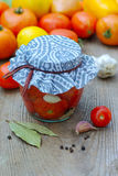 Het inblikken van tomaten Royalty-vrije Stock Foto