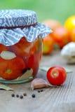 Het inblikken van tomaten Stock Foto