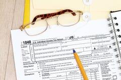 Het indienen van vorm 1040 van de Belasting Stock Afbeeldingen