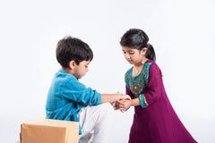 Het Indische broer en zuster rakshabandhan vieren of rakhifestival Stock Foto's