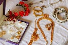 Het Indische goud van huwelijksjuwelen van bruid stock afbeeldingen