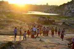 Het Indische jonge geitjes genieten van van heldere zonstralen op een zonsondergang Royalty-vrije Stock Afbeelding