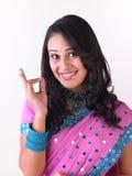 Het Indische jonge meisje uitstekend zeggen stock afbeelding