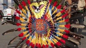Het Indische kostuum met heldere veren stock footage