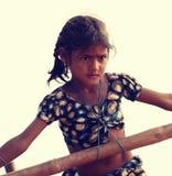 Het Indische meisje in evenwicht brengen op de kabel Royalty-vrije Stock Foto's