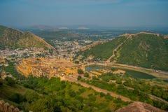 Het Indische oriëntatiepunt van de reis beroemde toerist, mooie die mening van de stad van Amber Fort en Maota-meer, in Rajasthan royalty-vrije stock foto