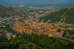 Het Indische oriëntatiepunt van de reis beroemde toerist, mooie die mening van de stad van Amber Fort en Maota-meer, in Rajasthan Stock Foto's