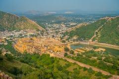 Het Indische oriëntatiepunt van de reis beroemde toerist, mooie die mening van de stad van Amber Fort en Maota-meer, in Rajasthan stock foto