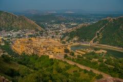 Het Indische oriëntatiepunt van de reis beroemde toerist, mooie die mening van de stad van Amber Fort en Maota-meer, in Rajasthan royalty-vrije stock foto's