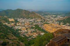 Het Indische oriëntatiepunt van de reis beroemde toerist, mooie die mening van de stad van Amber Fort in Rajasthan, India wordt g royalty-vrije stock foto