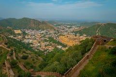 Het Indische oriëntatiepunt van de reis beroemde toerist, mooie die mening van de stad van Amber Fort in Rajasthan, India wordt g royalty-vrije stock afbeeldingen