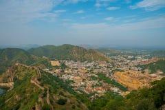 Het Indische oriëntatiepunt van de reis beroemde toerist, mooie die mening van de stad van Amber Fort in Rajasthan, India wordt g stock foto