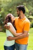 Het Indische paar omhelzen Royalty-vrije Stock Foto's