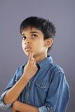 Het Indische Schooljongen denken stock foto