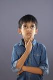Het Indische Schooljongen denken stock fotografie