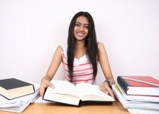 Het Indische student bestuderen. royalty-vrije stock afbeelding