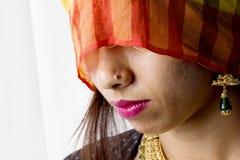 Het Indische vrouwelijke model in landelijke Indiër ziet eruit royalty-vrije stock fotografie