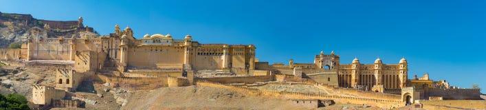 Het indrukwekkende landschap en cityscape in Amber Fort, beroemde reisbestemming in Jaipur, Rajasthan, India Hoge resolutiepano Royalty-vrije Stock Afbeeldingen