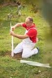Het industriële landbouwthema, landbouwer beschermt bomen met gebreid Royalty-vrije Stock Afbeelding