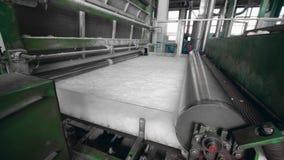 Het industriële materiaal verwerkt niet-geweven stof stock footage