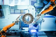 Het industriële robotachtige lassen werkt met sferisch rollager aan slimme fabriek royalty-vrije stock foto's