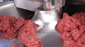Het industriële vlees hakken stock video
