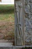 Het ingangsportaal met de symbolen van de Hartstocht van Christus, de kapel van St Wolfgang in Vukovoj, Kroatië stock foto's