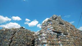Het ingepakte vuilnis op een hemelachtergrond, sluit omhoog stock videobeelden