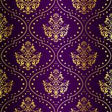 Het ingewikkelde gouden-op-Purpere naadloze patroon van Sari Royalty-vrije Stock Afbeelding