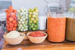 Het ingrediënt van de papajasalade en kruidige zeevruchten onderdompelende saus in Thaise stijl stock foto's