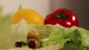 Het ingrediënt van de salade stock video