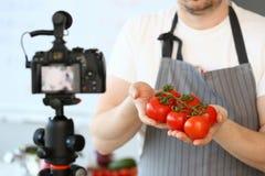 Het Ingredi?nt van Showing Ripe Tomatoes van de Vloggerchef-kok royalty-vrije stock foto's