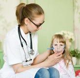 Het inhaleertoestelmasker van de artsenholding royalty-vrije stock afbeelding