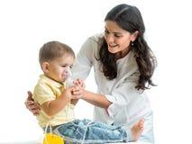 Het inhaleertoestelmasker van de artsenholding voor kind ademhaling royalty-vrije stock foto's