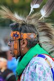Het inheemse Amerikaanse oudere dansen in regalia Stock Fotografie