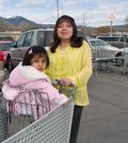 Het inheemse Amerikaanse vrouw leiden aan een kruidenierswinkelopslag Stock Fotografie
