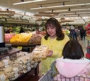Het inheemse Amerikaanse vrouw winkelen Stock Afbeeldingen