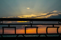 Het inperken van vorm van schepen met scharlaken zeilen bij zonsondergang Royalty-vrije Stock Fotografie