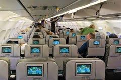 Het inschepen JetBlue vlucht met de elektronische filmschermen royalty-vrije stock afbeeldingen