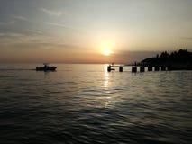 Het inschepen van silhouetten in de zonsondergang Royalty-vrije Stock Afbeeldingen