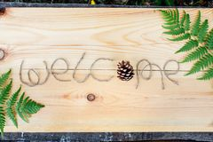 Het inschrijvingsonthaal op een houten achtergrond met wilde bloemen en exemplaarruimte stock fotografie