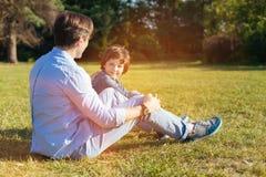 Het inspireren van jonge familie die de dag in het park doorbrengen Royalty-vrije Stock Afbeelding