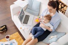 Het inspireren van werkende moeder die haar tijd wijden aan dochter Royalty-vrije Stock Afbeeldingen