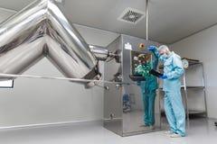 Het installatiebeeld, fabrieksarbeider controleert controlebord op machi Stock Fotografie