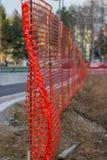 Het installeren van Bouw Mesh Safety Fence 2 Royalty-vrije Stock Fotografie